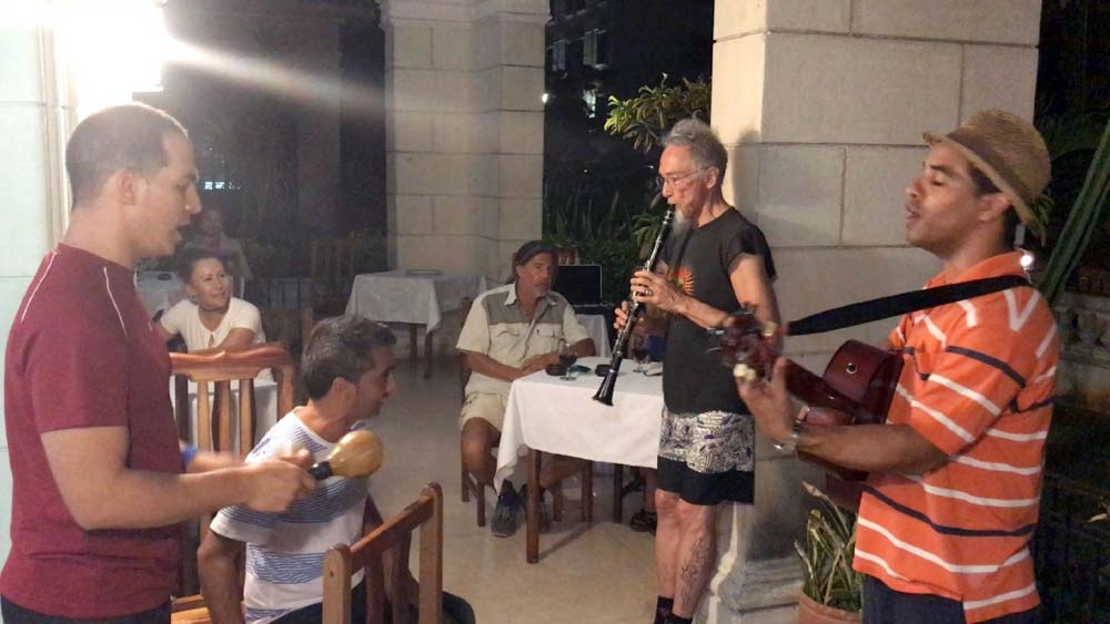 Cuba-1000-web-Joelle-Aubry---Mountaine-joining-local-musiciens