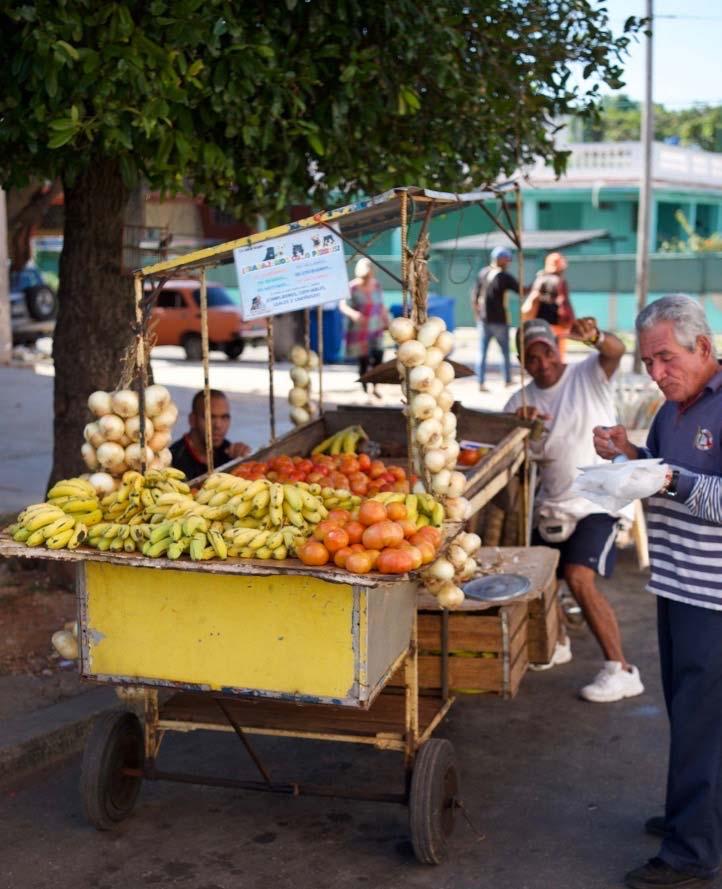 Cuba-1000-web-Joelle-Aubry---Street-vendors