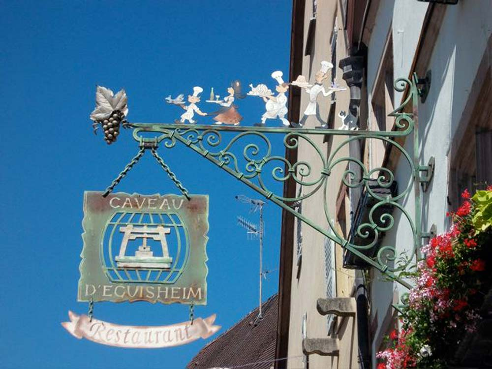 Alsace-1000-web-Eguisheim-enseigne-restaurant_2