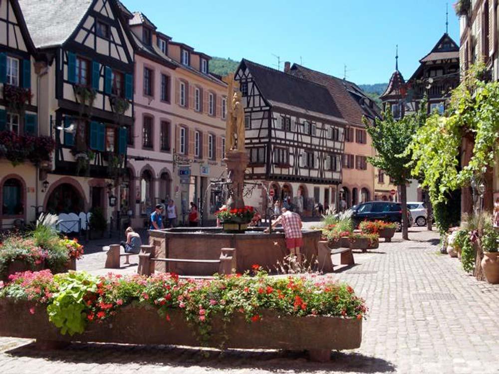Alsace-1000-web-Kaysersberg-place-de-l_église-fontaine